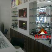Móveis em mdf para ótica, balcão gaveteiro, expositor com nichos, prateleiras de vidro e espleho