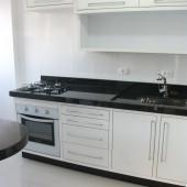 Balcão de cozinha com granito preto e cooktop