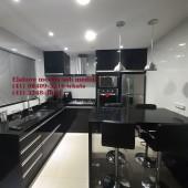 Cozinha sob medida em mdf preto com mesa em granito