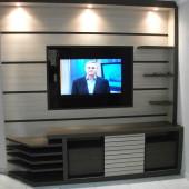 Painel com TV embutida com vidro preto