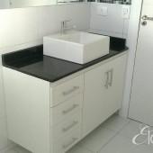 Armário de Banheiro em MDF branco com granito preto e cuba de sobrepôr