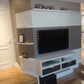 Painel de TV em MDF nas cores Lino Piombo e Branco