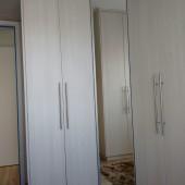 Guarda roupas em L com porta de abrir de espelho
