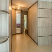 Closet com portas em MDF e espelho, com cantoneira para enfeite