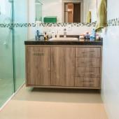 Balcão de Banheiro com portas  e gavetas com puxador cromado