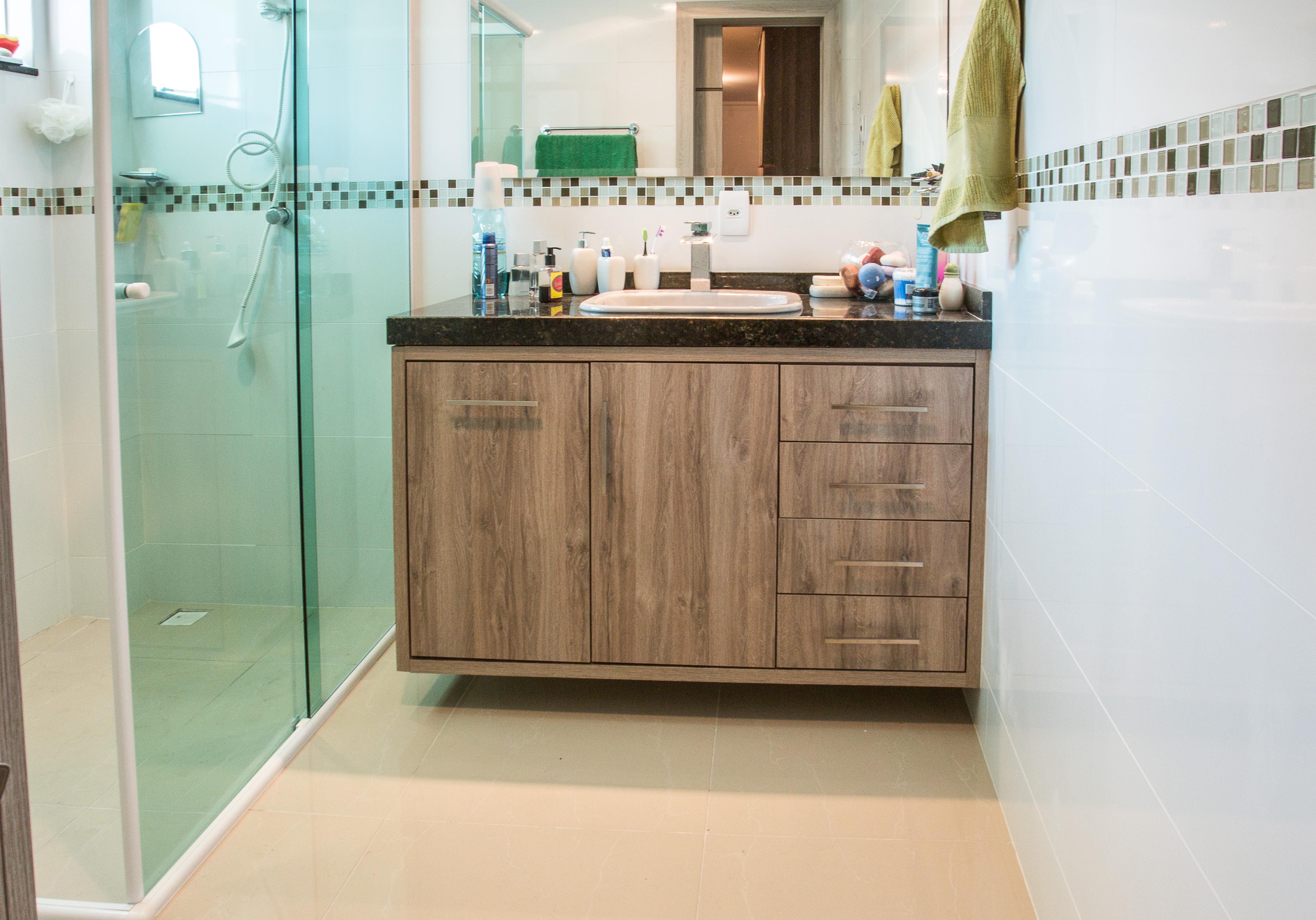 Balcão de Banheiro com portas e gavetas com puxador cromado #8A6D41 4355x3045 Balcão De Banheiro Com Marmore