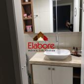 Armário de banheiro com parte superior com porta de espelho e nichos