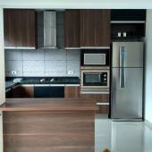 Cozinha toda planejada com caixa para geladeira e torre para forno e microondas