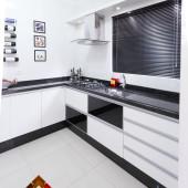 Cozinha sob medida na cor Branca, com gavetões e basculante, com detalhes em vidro preto