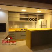 Cozinha sob medida, totalmente planejada para área externa, com  garrafeiro, balcão passa prato com  pedra Silestone amarelo