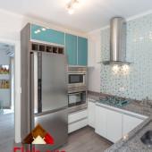 Torre para microondas e forno embutidos com portas de vidro azul em perfil alumínio