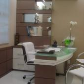 Mesa para consultório em MDF com tampo de vidro