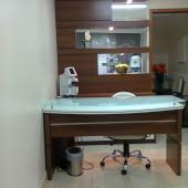 Consultório sob medida, mesa, painel com espelho e iluminação e balcão em MDF