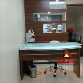 Consultório com móveis sob medida  sob medida, mesa, painel com espelho e iluminação e balcão em MDF