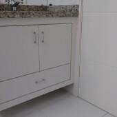Armário de Banheiro em MDF; portas e gaveta embutidos e puxador cromado