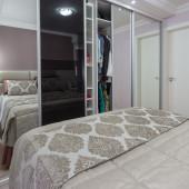 Gurda roupa com 3 portas em espelho e 1 porta em vidro preto