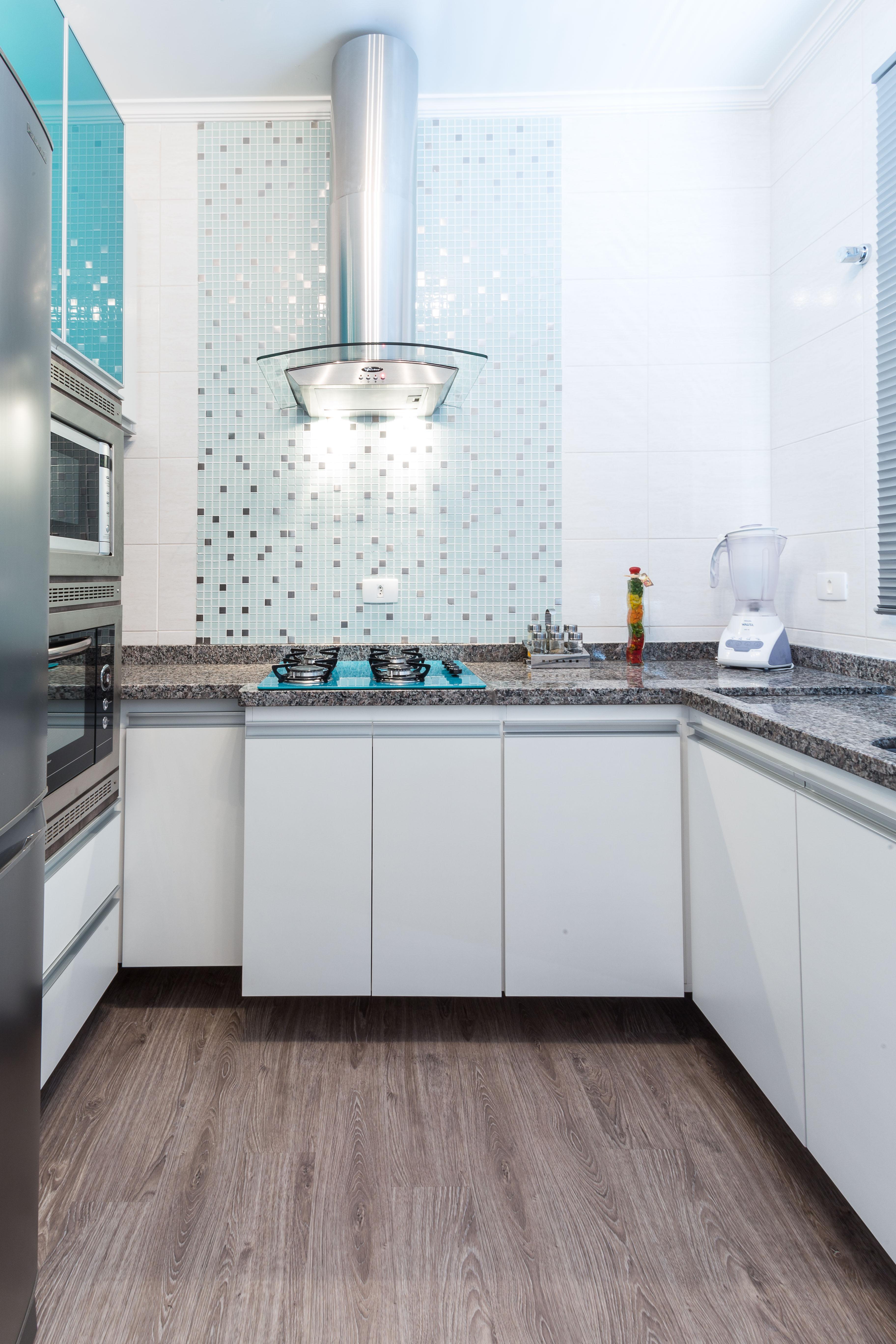 Cozinha sob medida em MDF branco com detalhes em azul #457C86 3648x5472