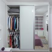 Guarda roupa com porta de espelho e portas em vidro pintado na cor Branca