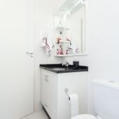 Armário de Banheiro em MDF branco; com gaveta e portas embutidos