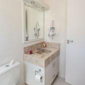Armário de Banheiro em MDF; parte superior com espelho e lâmpadas de led