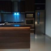 Cozinha sob medida com lâmpadas de Led