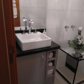 Balcão de banheiro sob em MDF com granito
