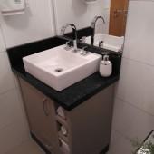 Armário de banheiro sob medida com nichos para toalha