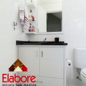 Armário de banheiro planejado sob medida com granito