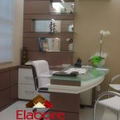 Mesa para consultório em MDF com tampo de vidro, balcão aparador e nicho com espelho