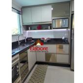 Cozinha com portas em Espelho Bronze e perfil alumínio