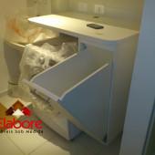Armário de lavandeira com cesto basculante