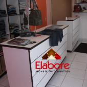 Loja de roupas com móveis planejados sob medida