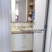 Armário de banheiro planejado sob medida com pia embutida no granito